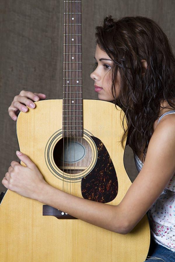 Abraçando sua guitarra imagens de stock royalty free