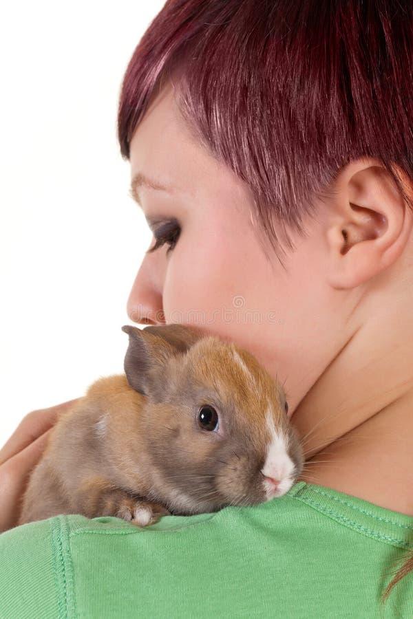 Abraçando um coelho fotografia de stock royalty free