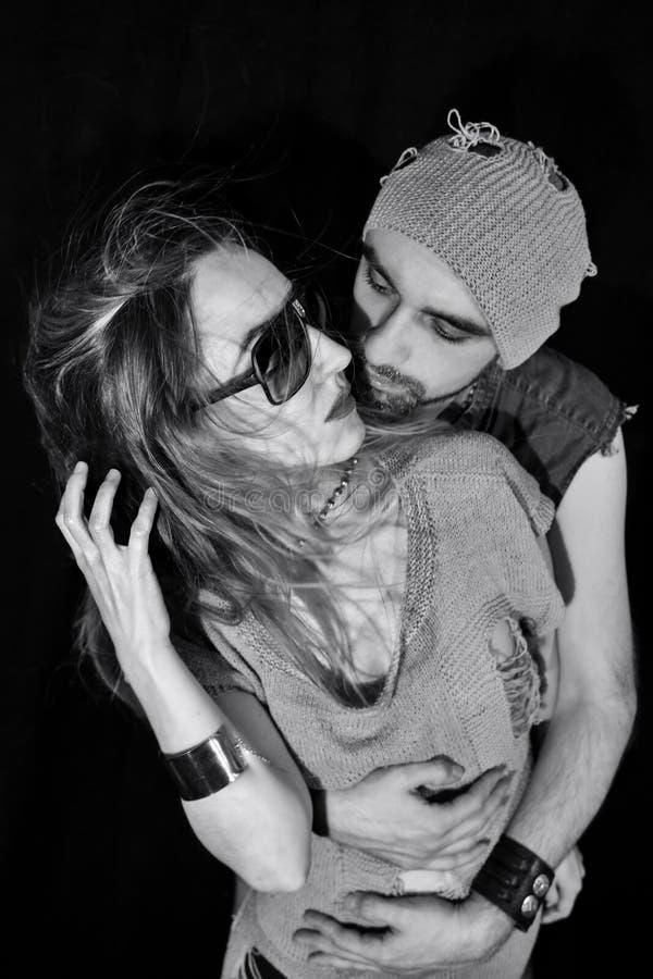Abraço à moda do homem novo e da mulher fotografia de stock royalty free