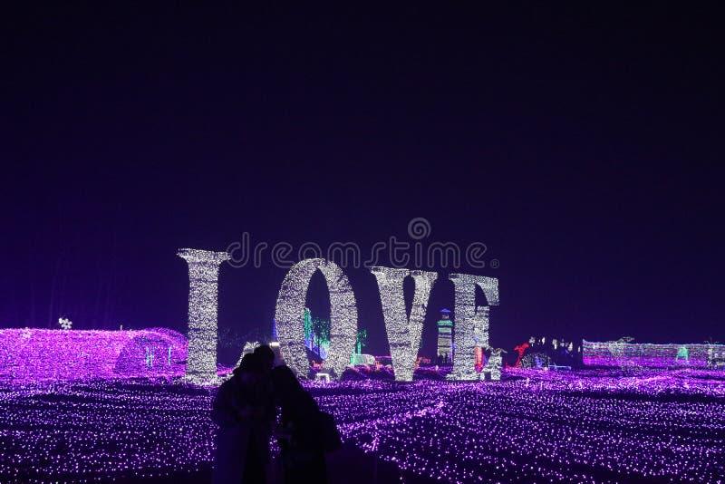 Abraço colorido das luzes sob o amor imagem de stock
