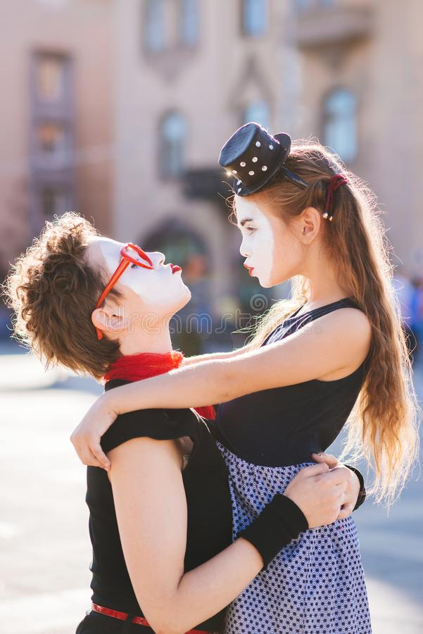 Abraço da mamã e da filha na rua fotos de stock