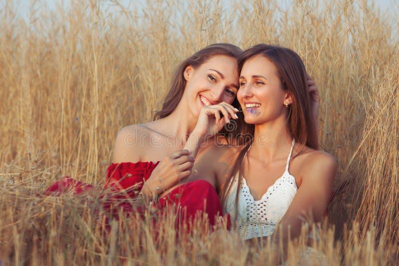 Abraço das jovens mulheres fotografia de stock