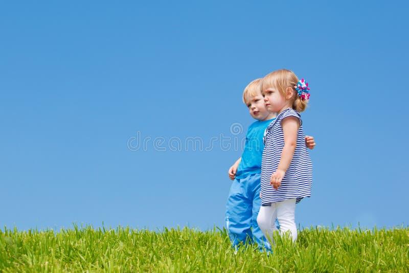 Abraço de dois miúdos fotografia de stock royalty free