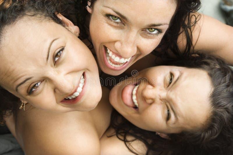 Abraço de três mulheres. imagens de stock