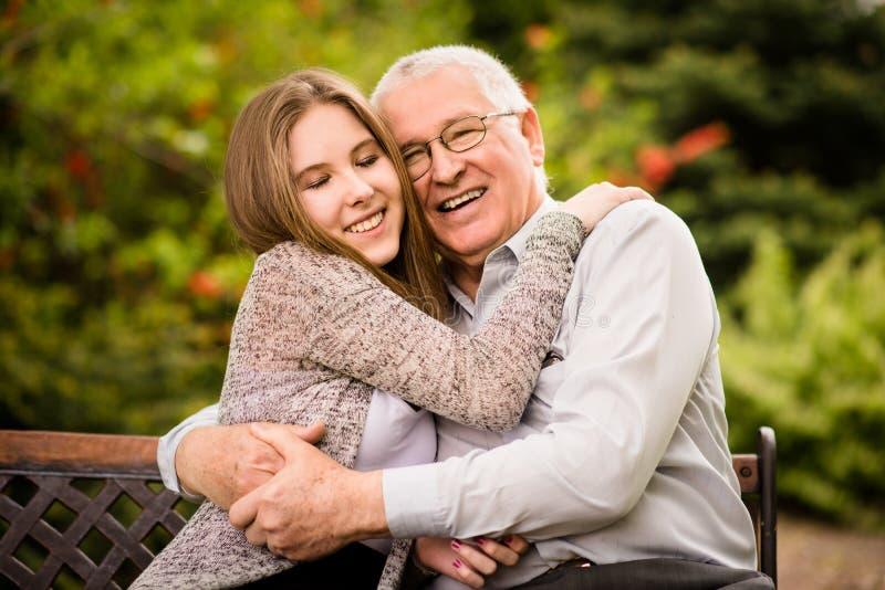 Abraço do avô e do neto imagens de stock