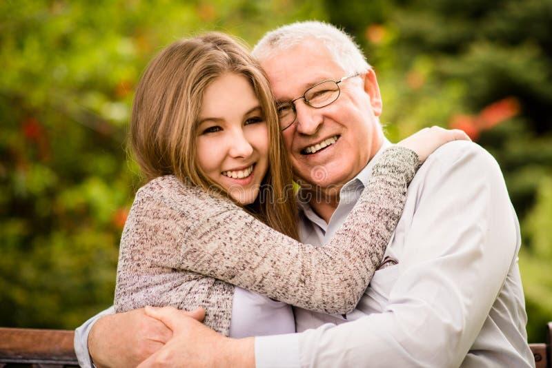 Abraço do avô e do neto foto de stock