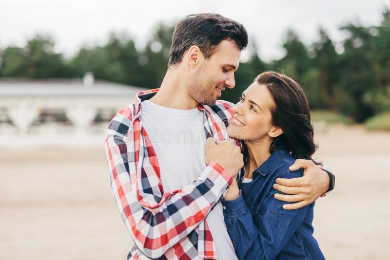 Abraço do noivo e da amiga foto de stock