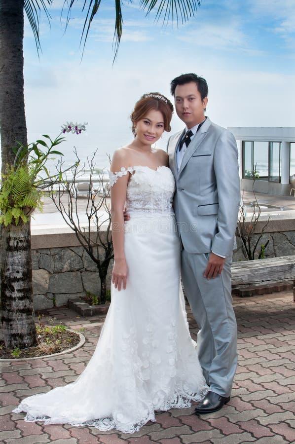 Abraço do noivo e da noiva imagem de stock royalty free