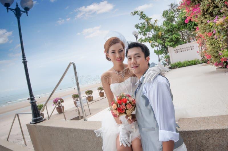 Abraço do noivo e da noiva foto de stock
