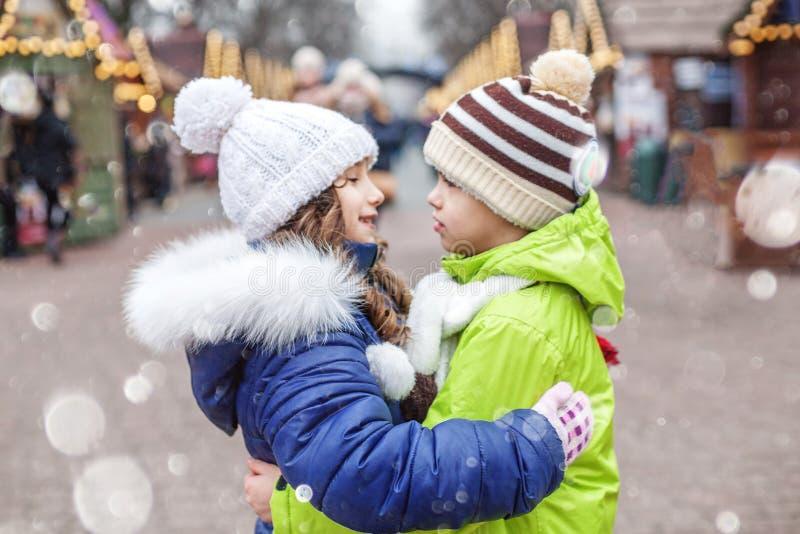 Abraço do rapaz pequeno e da menina na rua O conceito do estilo de vida, amor, o dia de Valentim imagem de stock royalty free