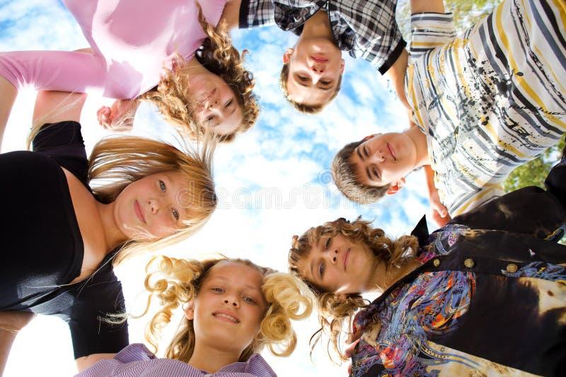 Abraço dos amigos foto de stock