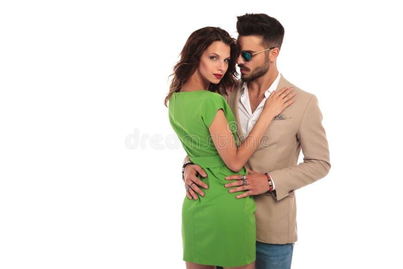 Abraço elegante do homem e da mulher fotografia de stock royalty free