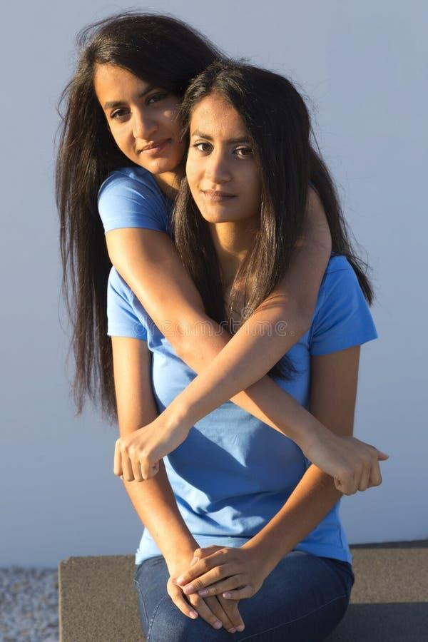 Abraço fêmea dos gêmeos foto de stock royalty free
