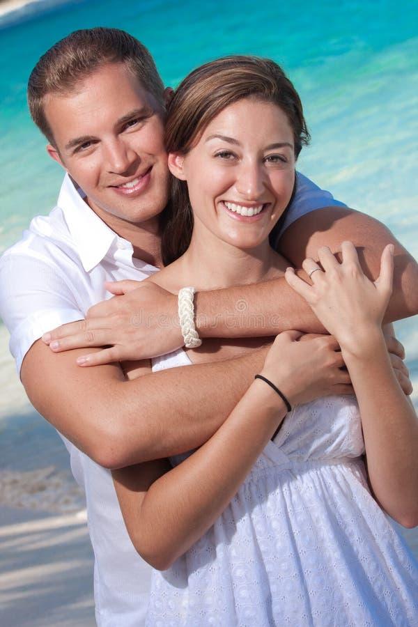 Abraço feliz dos pares fotografia de stock royalty free