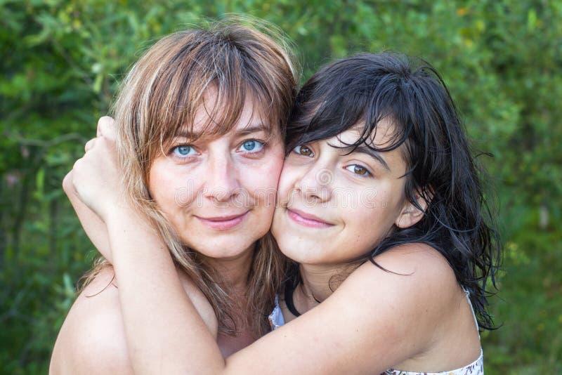 Abraço novo da mãe com sua filha adolescente fotografia de stock royalty free