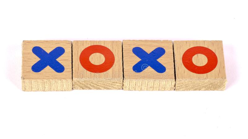 Abraços e beijos escritos com blocos de madeira foto de stock