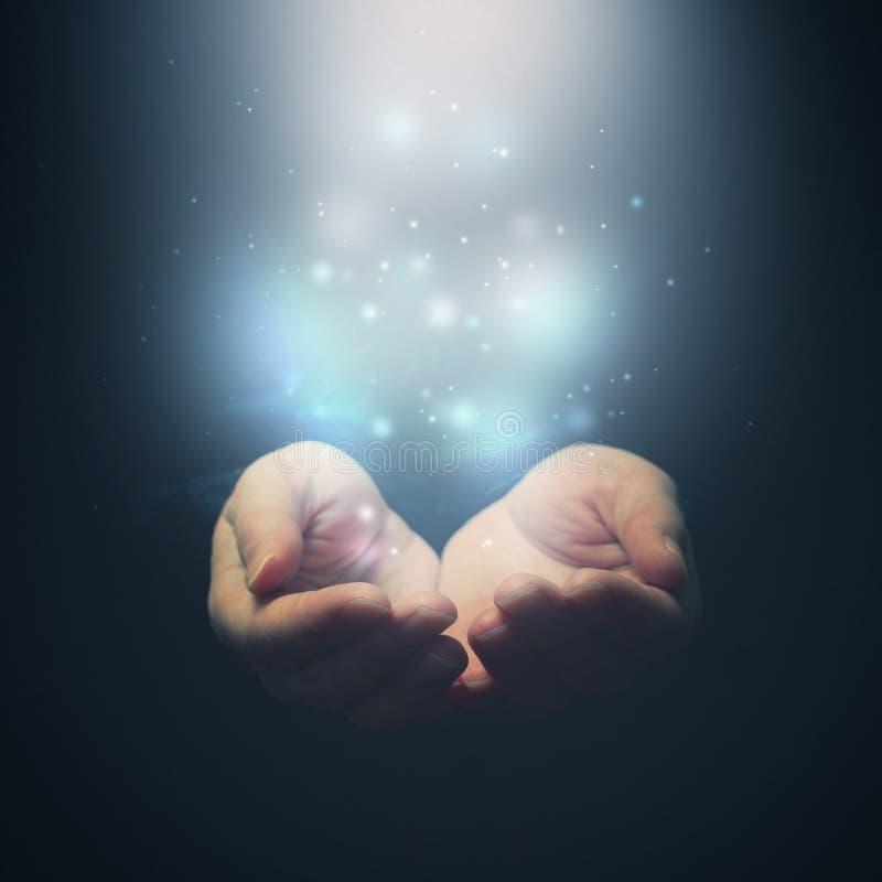 Abra as mãos com partículas mágicas. Guardando, doação, mostrando o concep fotos de stock royalty free