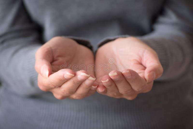 Abra as mãos Dois junto juntados colocaram as mãos fêmeas imagens de stock royalty free