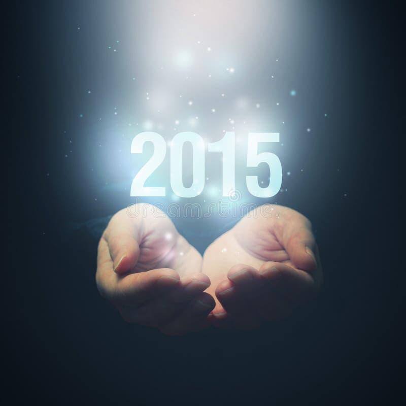 Abra as mãos que guardam o número 2015 Ano novo feliz foto de stock royalty free