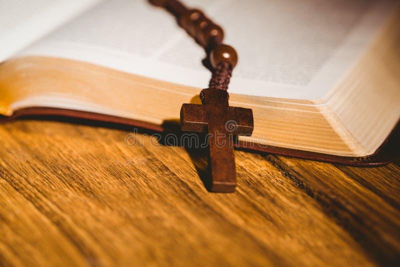 Abra a Bíblia com grânulos do rosário foto de stock