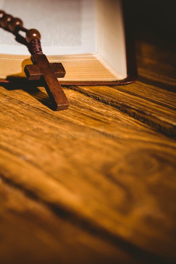 Abra a Bíblia com grânulos do rosário imagens de stock