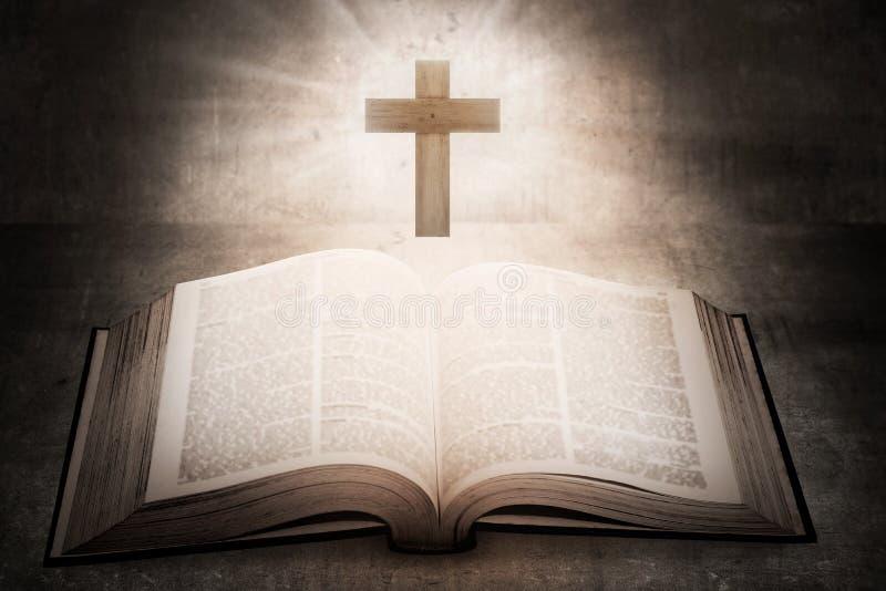 Abra a Bíblia Sagrada com cruz de madeira no meio imagem de stock