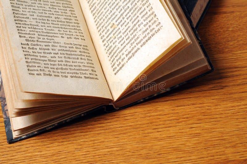 Abra a Bíblia velha imagem de stock