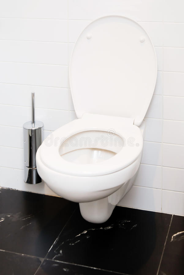 Abra a bacia de toalete nivelado branca indoor imagem de stock