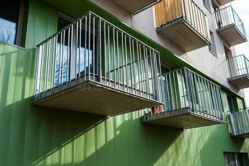 Abra balcões do metal de uma construção moderna fotos de stock