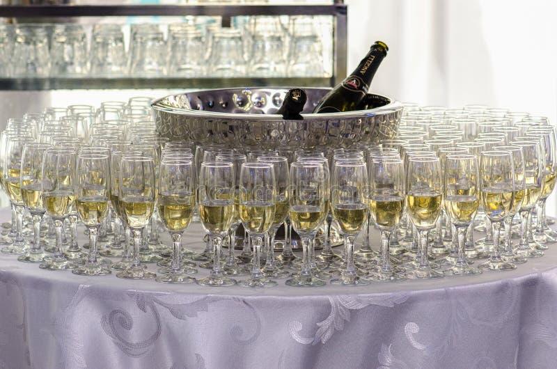 Abra a barra com vidros fotografia de stock royalty free
