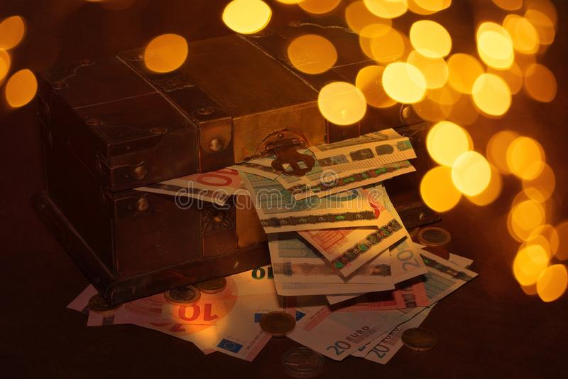 abra a caixa com o tesouro da caixa de dinheiro imagem de stock