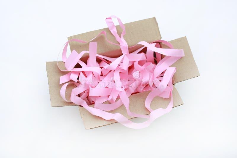 Abra a caixa de papelão ondulada com cartão, evitando que o papel esmagado seja isolado em fundo branco imagens de stock