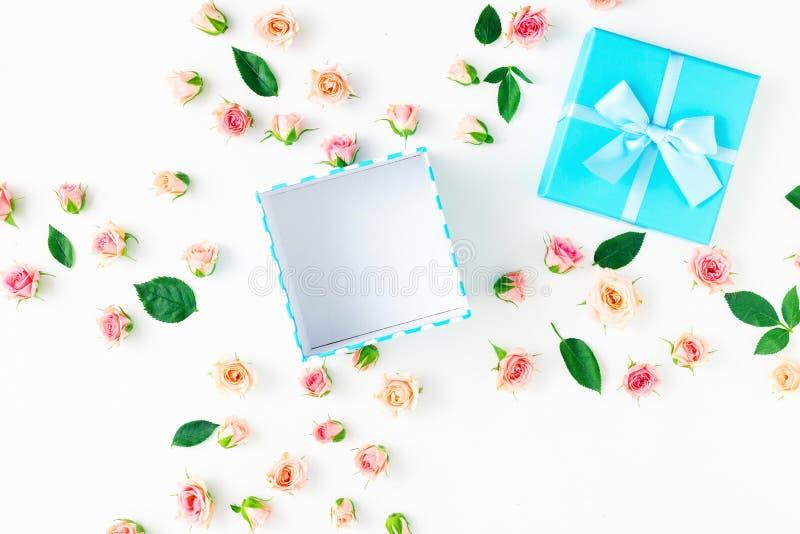Abra a caixa de presente azul com rosas e as folhas cor-de-rosa do verde foto de stock royalty free