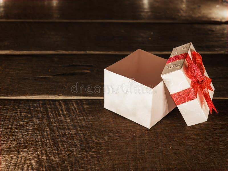 Abra a caixa de presente branca na mesa de madeira fotos de stock royalty free