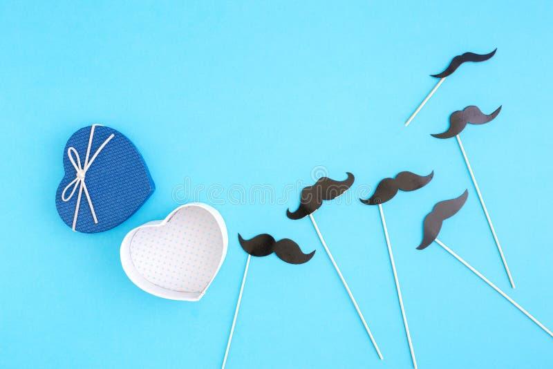 Abra a caixa de presente com bigode de papel Conceito do dia do ` s do pai foto de stock