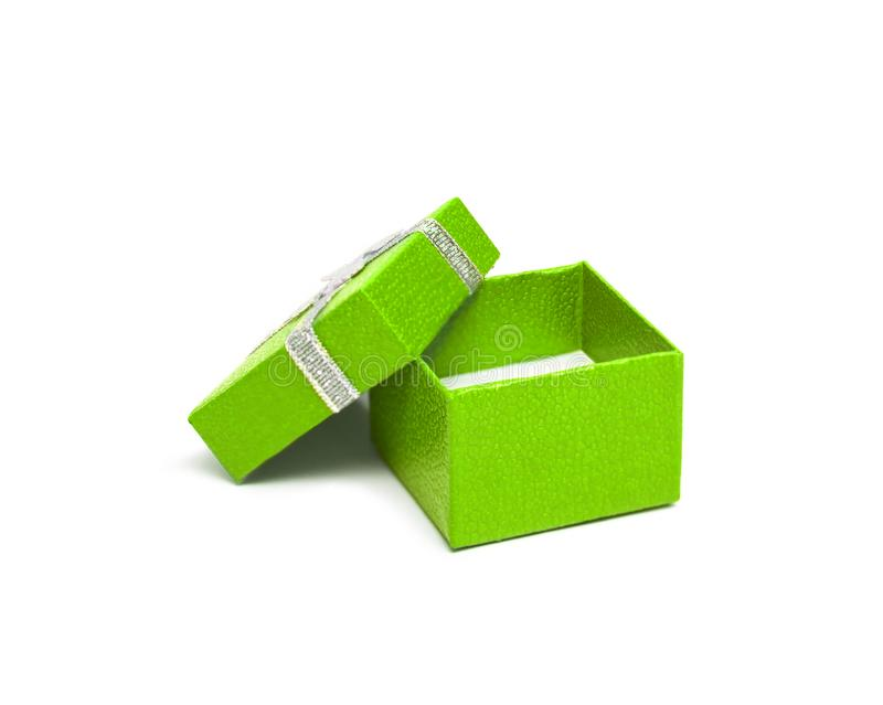Abra a caixa de presente da cor verde com a fita de prata em b branco fotografia de stock royalty free