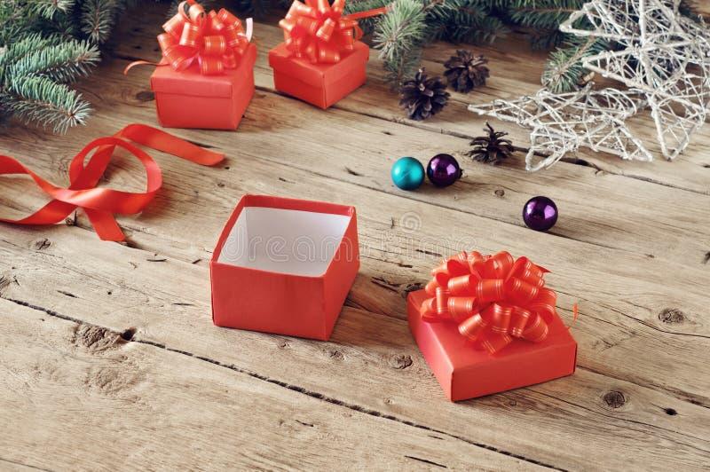 Abra a caixa de presente do Natal com brinquedos do Natal fotos de stock