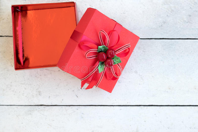 Abra a caixa de presente do Natal na tabela de madeira imagens de stock royalty free