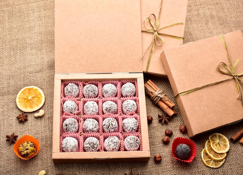 Abra a caixa dos doces na serapilheira imagem de stock