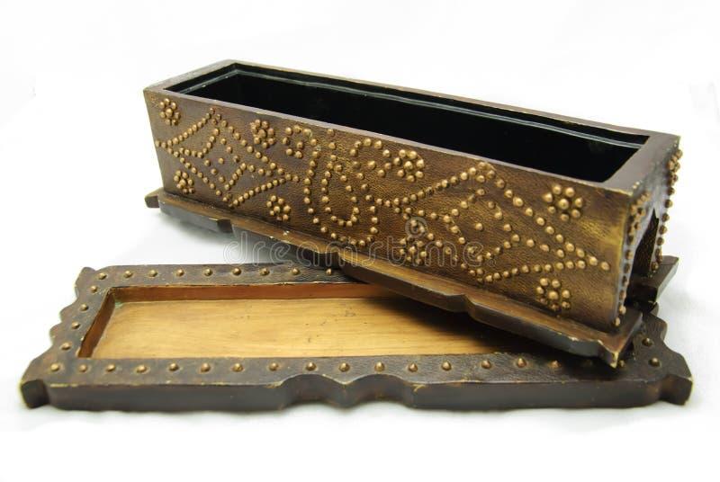 Abra a caixa ornamentado do pinho que descansa na tampa imagem de stock royalty free