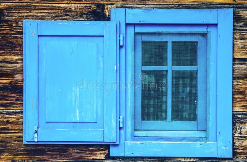 Abra cortinas de madeira do estilo antigo da janela azul fotografia de stock