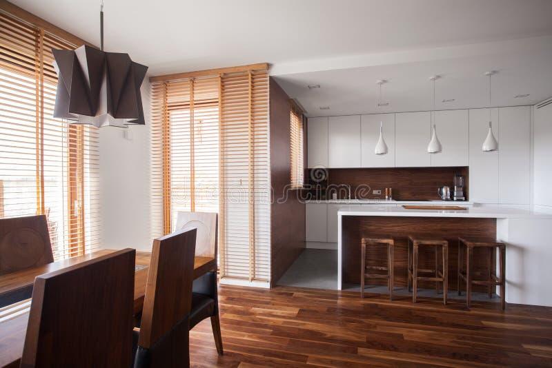 Abra a cozinha na casa contemporânea do projeto fotos de stock royalty free