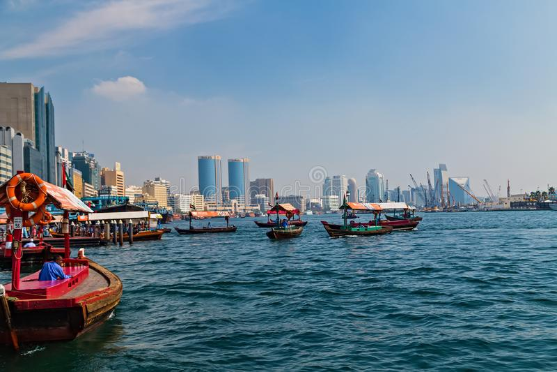 Abra de touristes de taxi de l'eau sur le canal vieille ville de Dubaï, EAU photos libres de droits