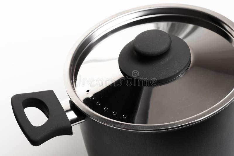 Abra el acero inoxidable que cocina el pote con la tapa sobre el fondo blanco fotografía de archivo libre de regalías