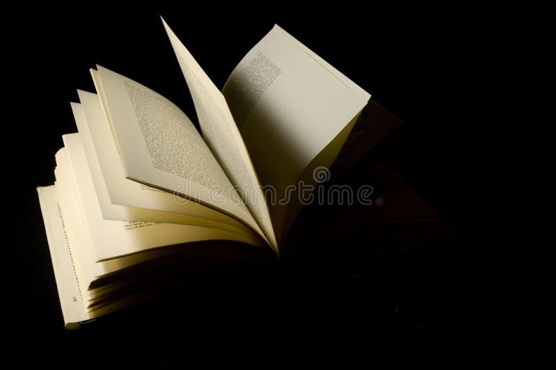 Abra el aislamiento del libro con el fondo negro imagen de archivo