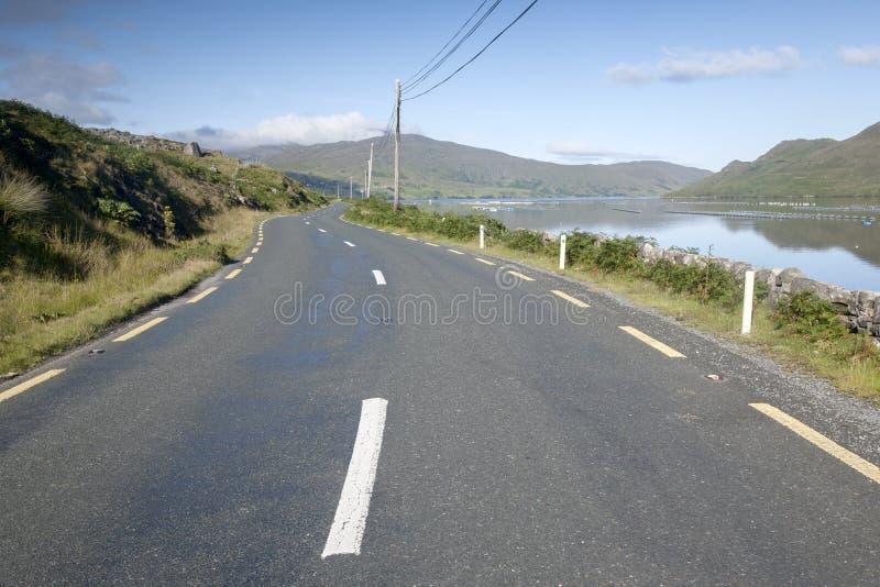 Abra el camino cerca del fiordo de Killary, parque nacional de Connemara; Galway fotos de archivo libres de regalías