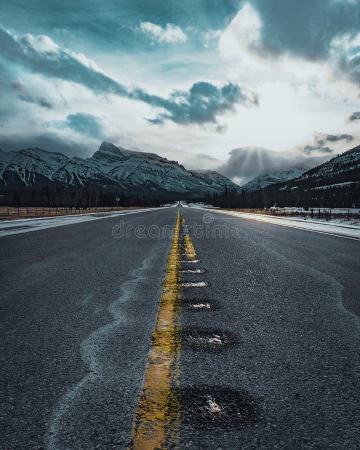 Abra el camino del invierno en las montañas rocosas canadienses fotografía de archivo
