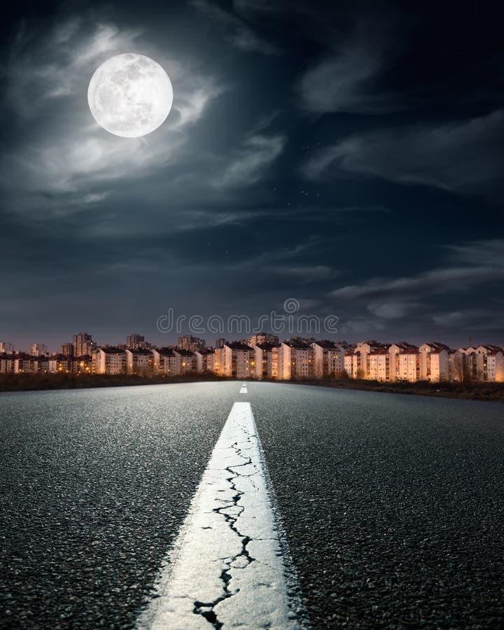 Abra el camino. Entrada en la ciudad imagenes de archivo