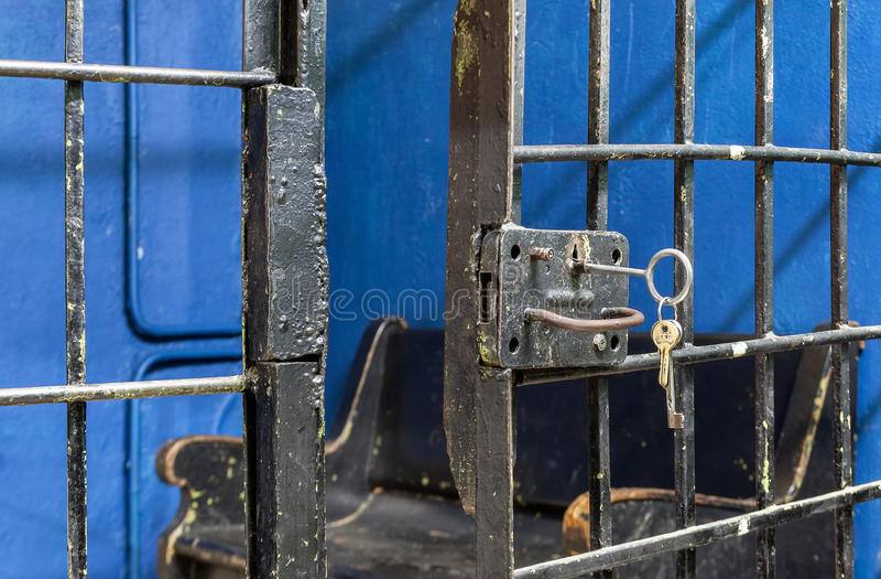 Abra el cierre de la cerradura de puerta de la prisión fotografía de archivo