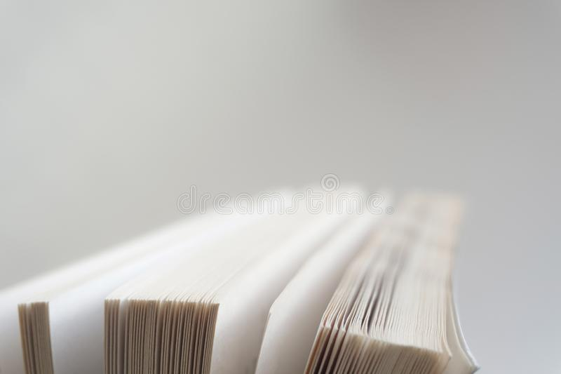 Abra el cierre del libro viejo, página del libro fotografía de archivo libre de regalías
